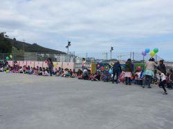 Niños en el patio durante el Día del Libro